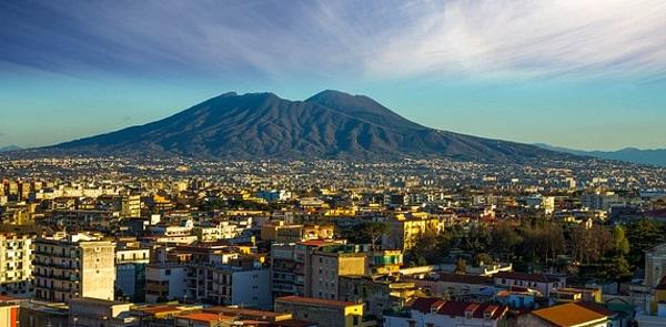 Neapel mit dem mächtigen Vesuv im Hintergrund